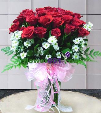 22枝红玫瑰,小白菊(或满天星)绿叶点缀;