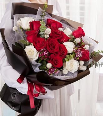 鲜花:宠爱 16枝红白玫瑰