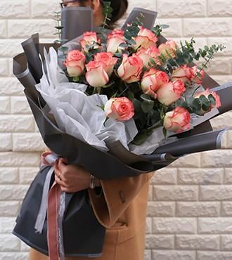 鲜花:在你身旁 19枝爱莎玫瑰