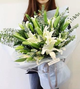 鲜花:纯爱 24朵百合
