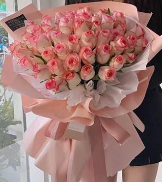 鲜花:爱在心头 52枝艾莎玫瑰