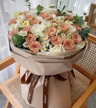 鲜花:缪斯女神 52枝双色玫瑰
